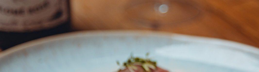 """Perlen vor die Säue – Wildschweinrücken mit """"Waldorff-Salat"""""""